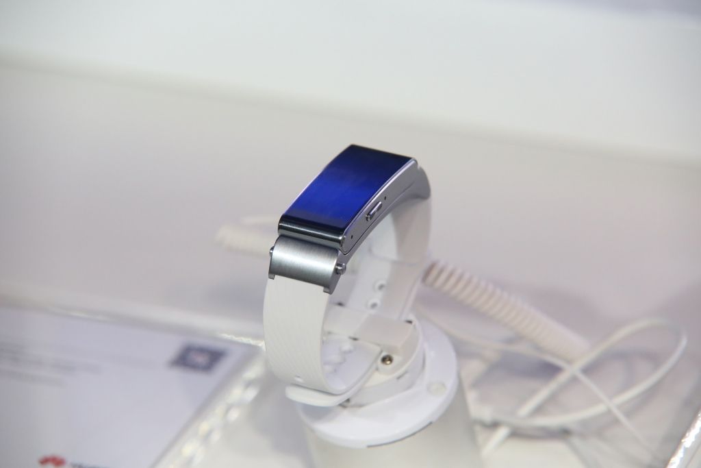 magnetic charging cable for smart wear